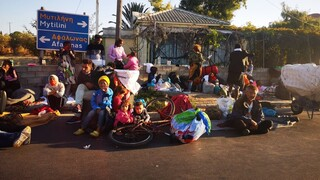 Στους δρόμους οι μετανάστες, σε αναβρασμό οι κάτοικοι: «Μπλόκο»  στην ανακατασκευή του ΚΥΤ