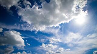 Καιρός: Μικρή πτώση της θερμοκρασίας και τοπικές βροχές