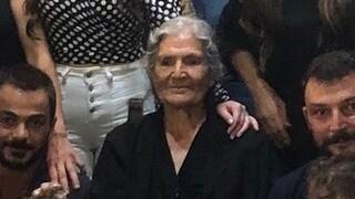 «Φέρε επαέ τα εγγόνια μου»: Η φωτογραφία Κρητικιάς γιαγιάς που έγινε viral!