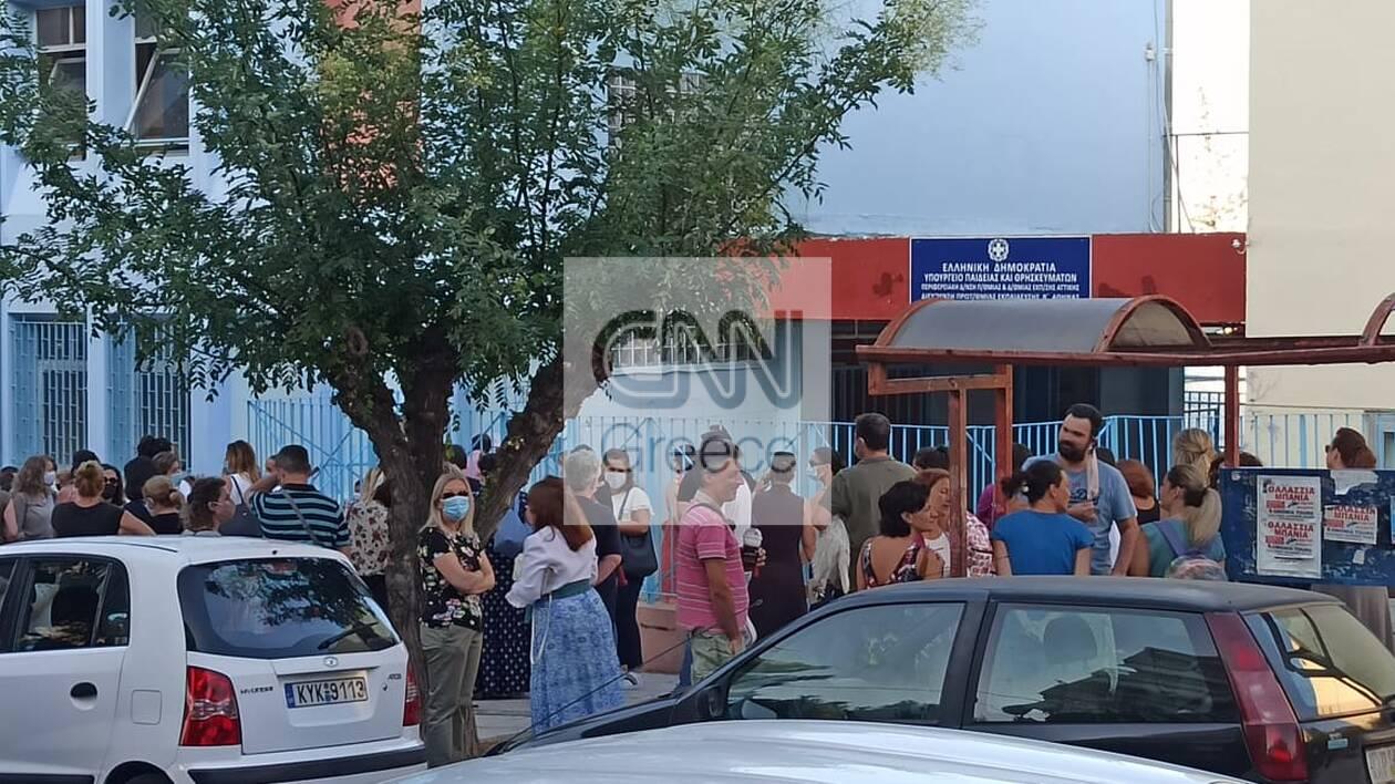 https://cdn.cnngreece.gr/media/news/2020/09/14/234336/photos/snapshot/sxoleia-7.jpg