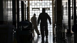 Κορωνοϊός: Στο «κόκκινο» η ανησυχία για τους διασωληνωμένους