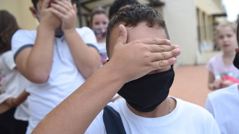 «Λάθος στη συρραφή»: Γιατί ήταν μεγάλες οι μάσκες που δόθηκαν σε μαθητές