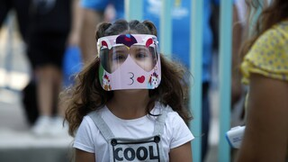 Μάσκες στα σχολεία: «Παγώνει» μέχρι νεωτέρας ο διαγωνισμός, μετά τη γκρίνια για τις διαστάσεις