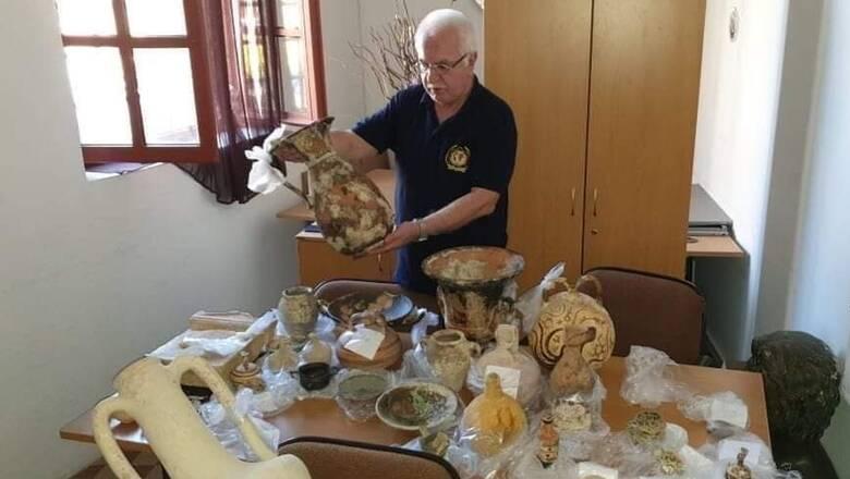 Ο Γιώργος Τσούκαλης βρήκε θησαυρό αρχαιοτήτων στην Ρόδο
