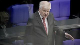 Ο Ζέεχοφερυπερασπίζεται την απόφαση να δεχτεί η Γερμανία πρόσφυγες από την Ελλάδα