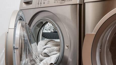 Περιβαλλοντική ρύπανση: Αυξάνεται διαρκώς από το πλύσιμο συνθετικών ρούχων
