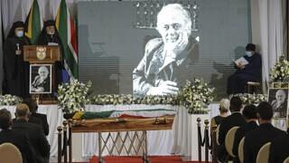 Τζορτζ Μπίζος: Σε κλίμα συγκίνησης η κηδεία του δικηγόρου του Νέλσον Μαντέλα