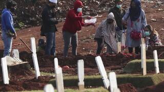 Κορωνοϊός: Στην Ινδονησία, οι πολίτες που δεν φορούν μάσκα σκάβουν τους τάφους των νεκρών