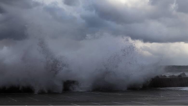 Κακοκαιρία «Ιανός»: Τα βίντεο με τις ζημιές και το φαινόμενο «Cappuccino Coast»
