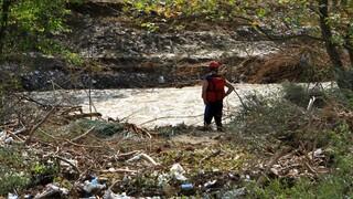 Κακοκαιρία «Ιανός»: Αδιάκοπες έρευνες για τον εντοπισμό της 43χρονης σε ένα σκηνικό καταστροφής