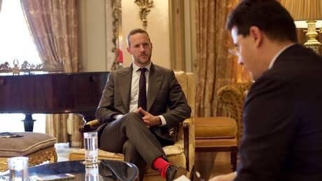 Ο Άνταμ Μπόιλερ στο CNN Greece: Ποιες επενδύσεις δρομολογούν στην Ελλάδα οι ΗΠΑ