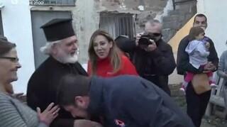 Χαρδαλιάς: Αντιδράσεις και «πυρά» μετά το χειροφίλημα ιερέα