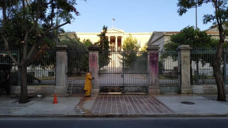 Αντιγκράφιτι καθαρισμόςαπό τον Δήμο Αθηναίωνστο Πολυτεχνείο