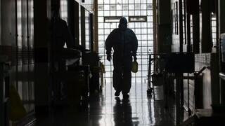 Κορωνοϊός: Σήμα κινδύνου για κρούσματα και διασωληνωμένους - Υπό πίεση οι ΜΕΘ στην Αττική