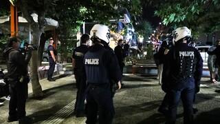 Έφοδος της ΕΛ.ΑΣ. στην πλατεία Βαρνάβα λόγω συνωστισμού