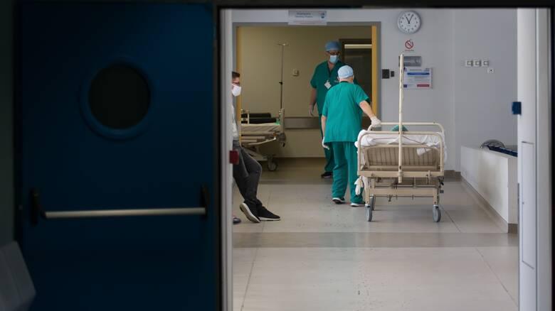 Κορωνοϊός: Τρεις θάνατοι μέσα σε λίγες ώρες - Στους 355 οι νεκροί