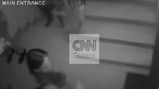 «Καταδρομική» επίθεση του Ρουβίκωνα στο πολιτικό γραφείο του Νότη Μηταράκη