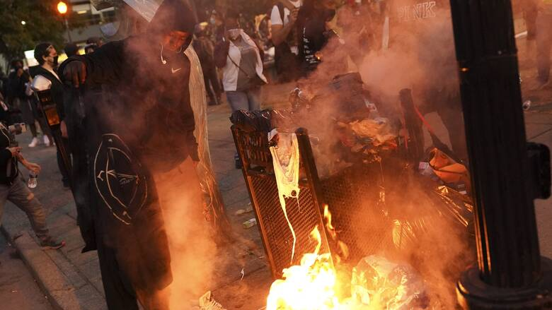 Οργή και πυροβολισμοί κατά αστυνομικών στις διαδηλώσεις για το θάνατο της Μπριόνα Τέιλορ