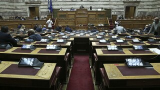Κορωνοϊός - Βουλή: Κόντρα για τη διαφημιστική δαπάνη στα ΜΜΕ
