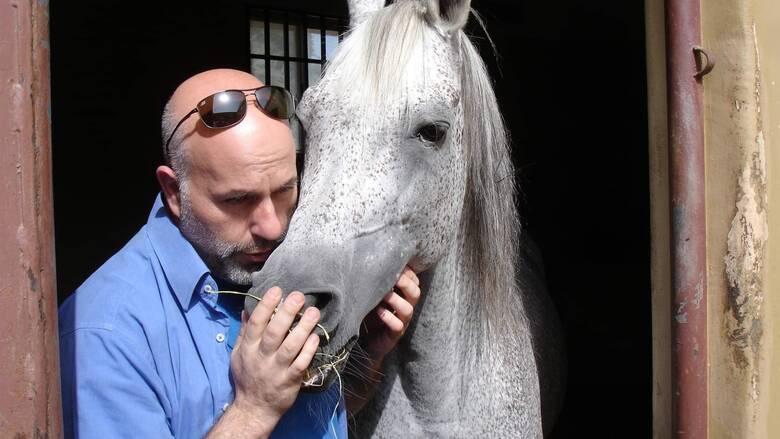 Από τους Αμπελόκηπους στο Σουλτανάτο του Ομάν: Ο Έλληνας κτηνίατρος των αλόγων του σουλτάνου