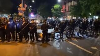 Σάλος στις ΗΠΑ: Αστυνομικός πατάει με το ποδήλατό του το κεφάλι διαδηλωτή