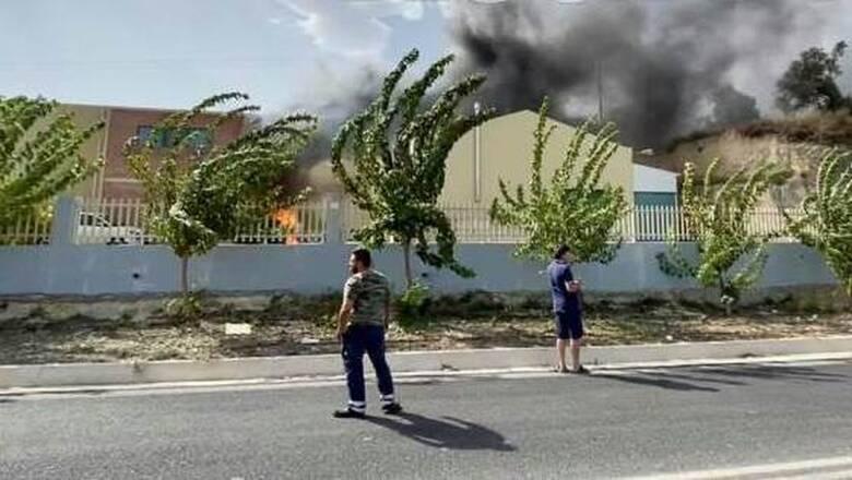 Δύο πύρινα μέτωπα στην Κρήτη: Στις φλόγες εργοστάσιο στο Ηράκλειο - Πυρκαγιά και στον Αγ. Νικόλαο