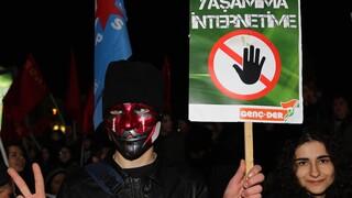 «Πεδίο μάχης»: Νόμος του Ερντογάν «φιμώνει» τα κοινωνικά δίκτυα και τρομάζει την Τουρκία