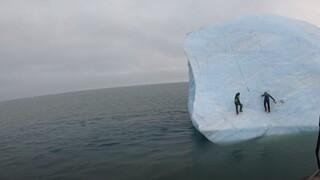 Τεράστιο παγόβουνο στην Αρκτική αναποδογυρίζει πάνω σε δύο εξερευνητές