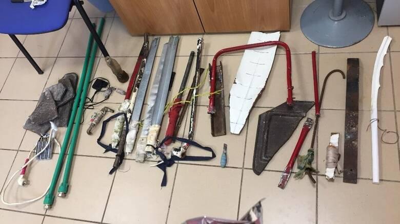 Αυτοσχέδια σπαθιά και σουβλιά: «Πλούσια» ευρήματα στην έρευνα στο κατάστημα κράτησης νέων Αυλώνα