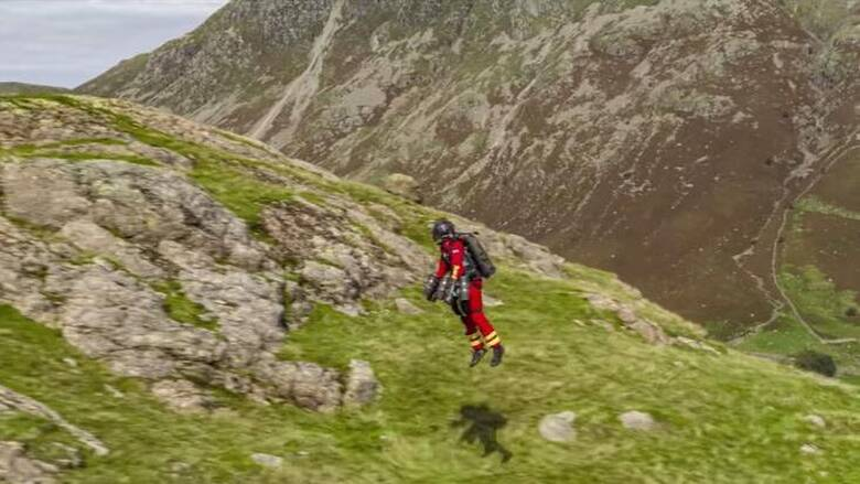 Εντυπωσιακό βίντεο: Διασώστης πετάει με jet suit σε βουνά