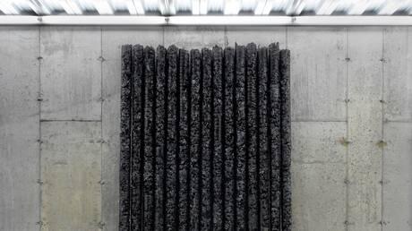 Τα πλεονάζοντα ρούχα του Saint Laurent γίνονται έργα Τέχνης από τον Helmut Lang