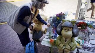 Αργεντινή: Εθνικό πένθος για τον θάνατο του Κίνο, λουλούδια στο άγαλμα της Μαφάλντα