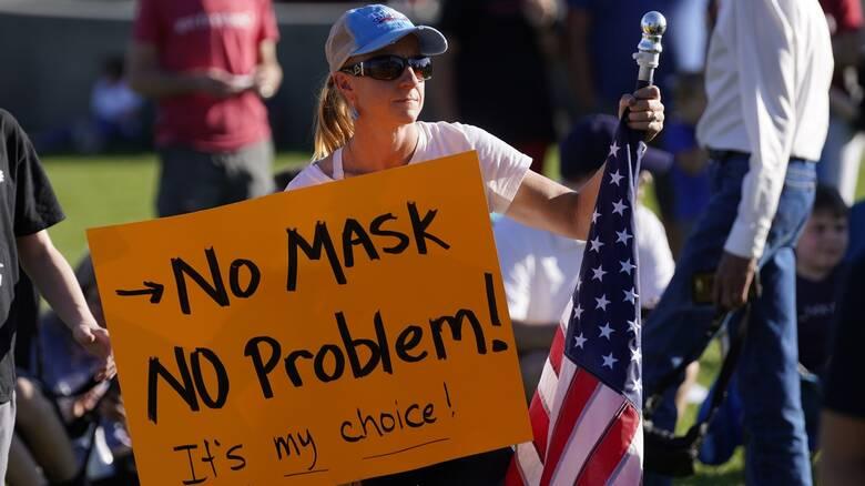 Facebook: Όλο και αυξάνονται οι ομάδες αρνητών της μάσκας
