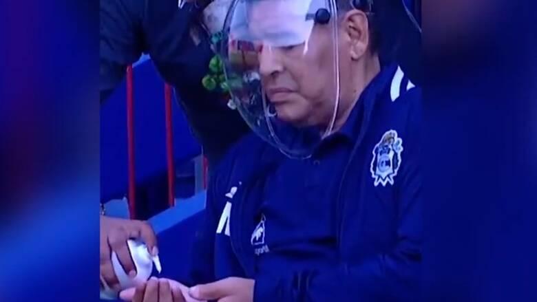 Κορωνοϊός: Η μάσκα του Μαραντόνα προκάλεσε σχόλια και ο θρύλος του ποδοσφαίρου εξοργίστηκε