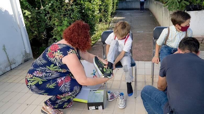 Ο ΟΠΑΠ προσφέρει παπούτσια και χαμόγελα σε παιδιά