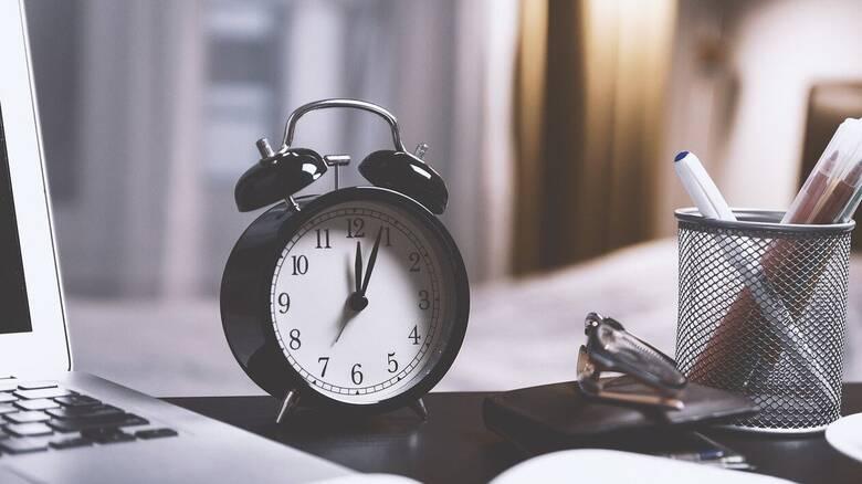 Αλλαγή ώρας: Πότε γυρίζουμε τους δείκτες μια ώρα πίσω