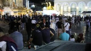 Εικόνες συνωστισμού σε πλατείες της Αθήνας