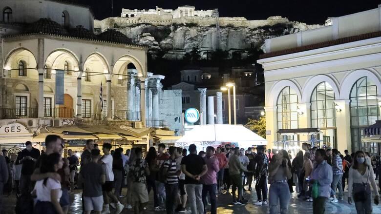 Κορωνοϊός: Συνεχίζεται η... μάχη της πλατείας - Συνωστισμός στο κέντρο, oυρές στις καντίνες