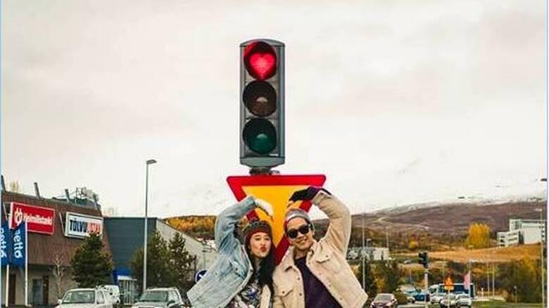 Καρδιές στα κόκκινα φανάρια: Οι Ισλανδοί κάνουν την οδήγηση μια χαρούμενη υπόθεση