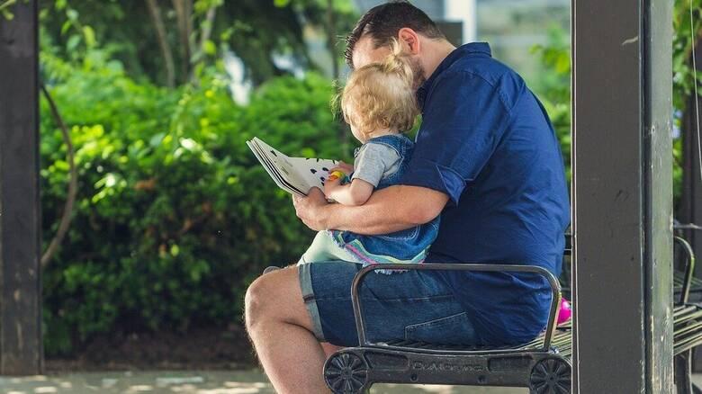 Εξετάζεται μεγαλύτερη άδεια πατρότητας