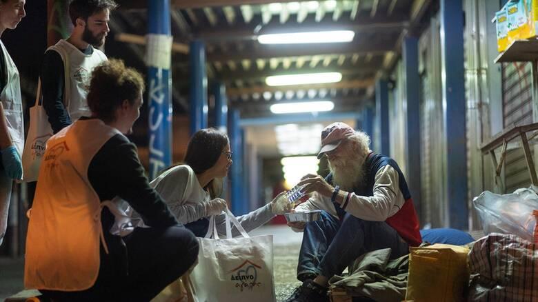 Ένα «Δείπνο Αγάπης» στρώνεται τα βράδια στους δρόμους της Αθήνας