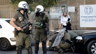 Επεισόδια έξω από το υπουργείο Προστασίας του Πολίτη - Πυροσβεστική παρέμβαση Οικονόμου