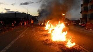 Φωτιές και επεισόδια για τη δολοφονία του 18χρονου Ρομά - Τρεις αστυνομικοί τραυματίες