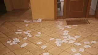 Άγνωστοι έγραψαν συνθήματα και πέταξαν τρικάκια έξω απ το σπίτι του Άρη Πορτοσάλτε