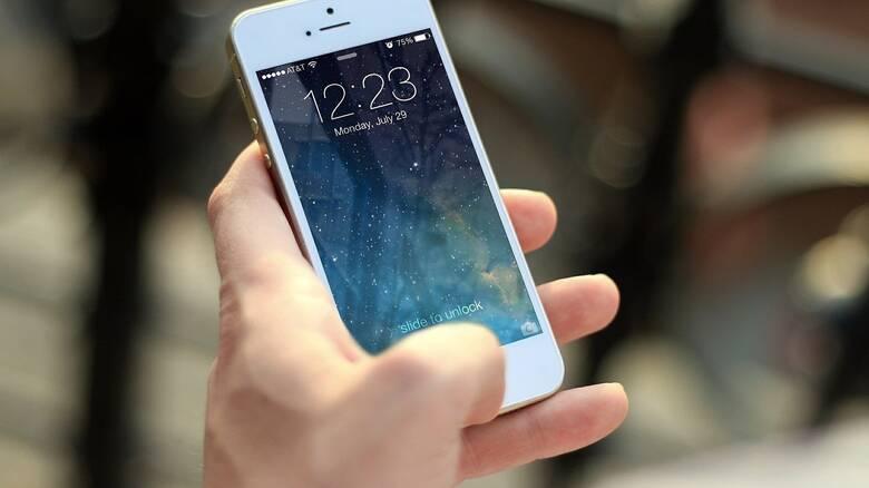 Κορωνοϊός: Πόσες μέρες επιβιώνει ο ιός στην οθόνη του κινητού μας;