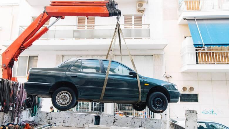 Δήμος Αθηναίων: Απελευθέρωση δημόσιου χώρου με την απόσυρση 2.300 εγκαταλελειμμένων οχημάτων