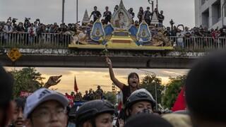 Σε αναβρασμό η Ταϊλάνδη: Συλλήψεις και έκτακτα μέτρα για την αναστολή των μαζικών διαδηλώσεων