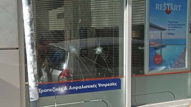 Μπαράζ επιθέσεων με βαριοπούλες σε πέντε τράπεζες