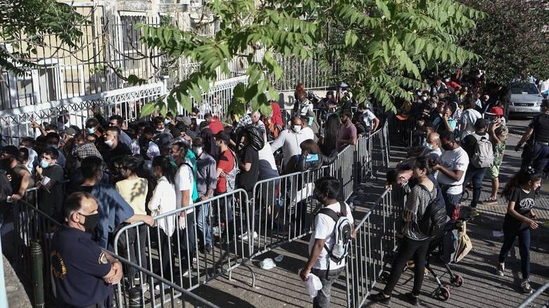 Μεγάλες ουρές έξω από την Υπηρεσία Ασύλου