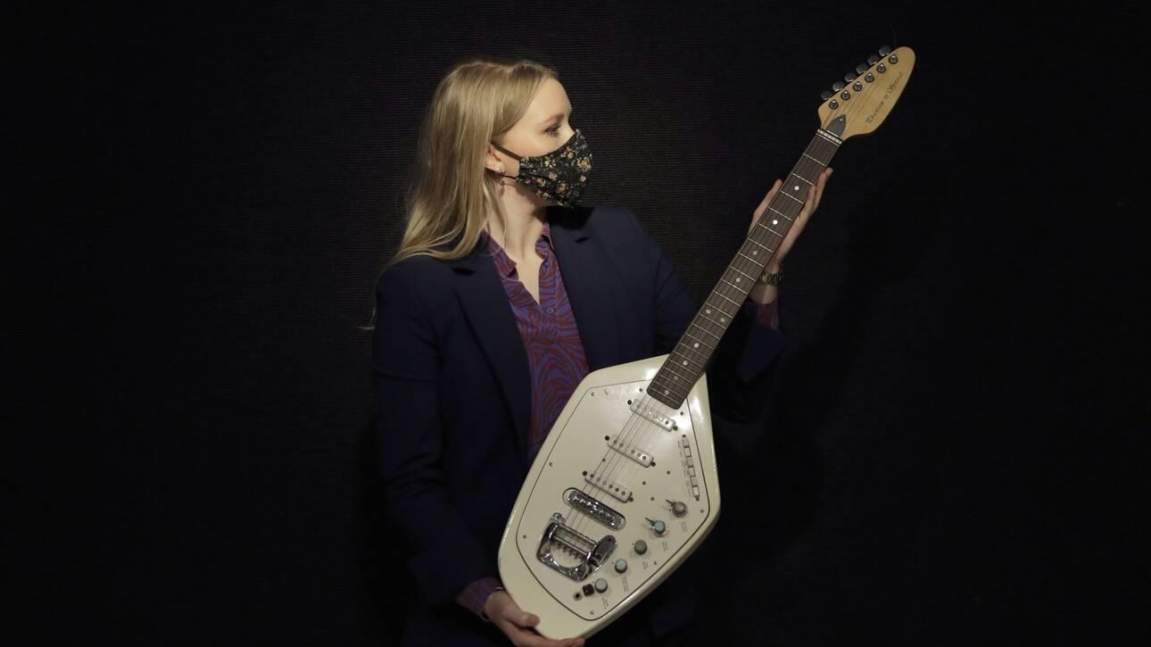 Η κιθάρα του Ίαν Κέρτις των Joy Division πωλήθηκε σε δημοπρασία